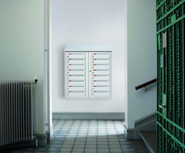 Miljøbilde av systempostkasse i trappeoppgang